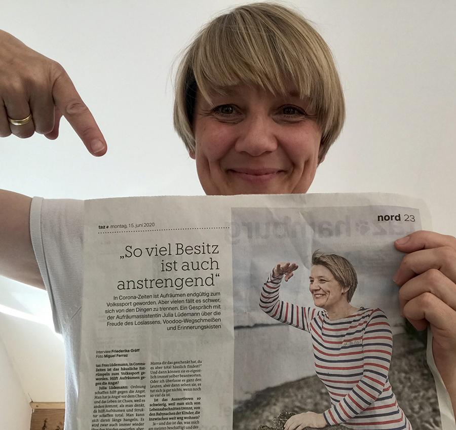 Julia Lüdemann mit Interview in der Hand aus der taz Printausgabe